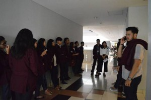 Panitia acara melakukan persiapan behind the stage sesaat sebelum seminar dimulai