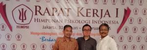 Juneman Abraham (tengah) bersama Brigjen TNI Dr. Arif Budiarto, D.E.S.S. (Ketua Ikatan Psikologi Sosial; kiri) dan Dr. Yus Nugraha, M.A. (Ketua Himpsi Wilayah Jawa Barat; kanan)