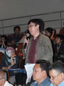 Juneman Abraham sedang mengajukan pertanyaan (sumber: dokumentasi PSJ UI)