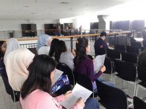 Peserta seminar mengisi kuesioner. Kuesioner diberikan dua kali, pada saat awal (pre) dan akhir (post) seminar