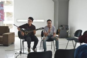 Persembahan musik di awal dan akhir acara