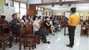 Orangtua Siswa SMA Bunda Hati Kudus menyimak paparan Dosen Jurusan Psikologi Sosial BINUS University, Juneman Abraham